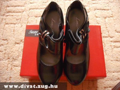 Vadonatúj cipõ