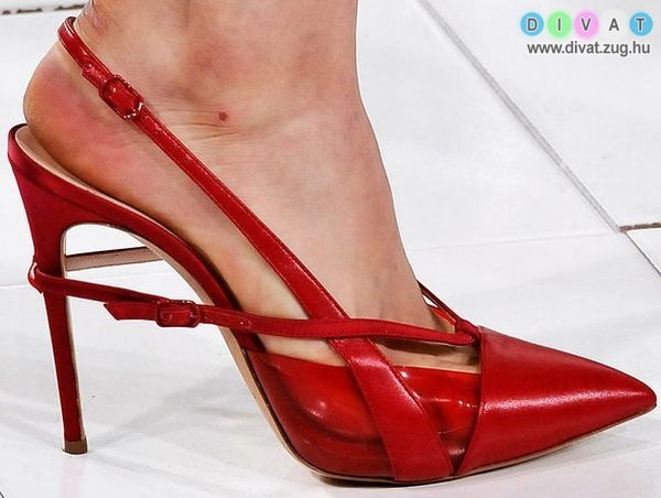 6ac93bc3f4 Pántok, hegyes orrok és vastag sarkak jellemzik az idei cipődivatot ...