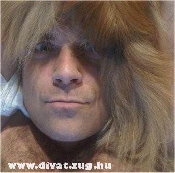 Robbie Williams kutyaszõr sapkában (élõ kutya a fején)