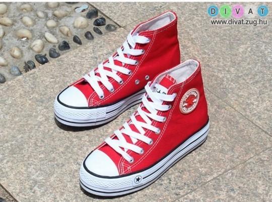 Piros tornacipő