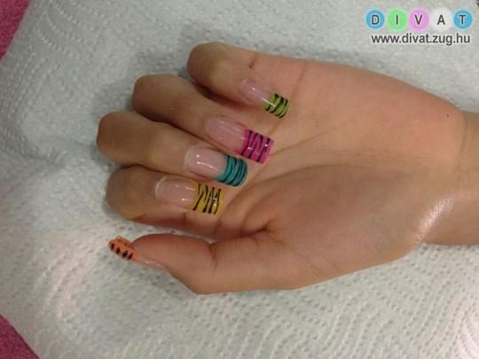 Többszínű körmök