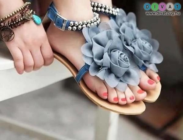 Virágos szandál