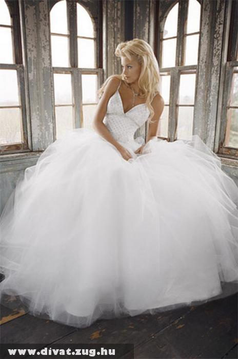 Hatalmas abroncsos menyasszonyi ruha