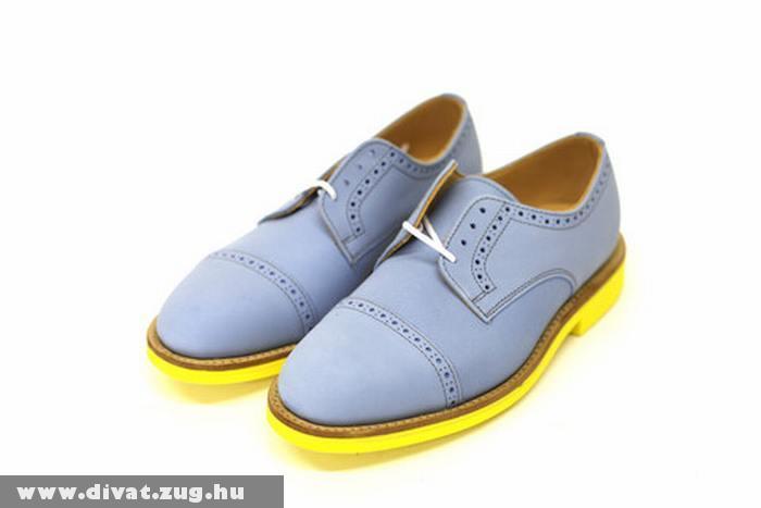 Világoskék cipõ, citromsárga talppal