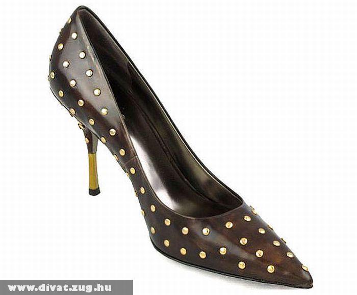 Szegecsekkel díszített nõi cipõ