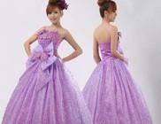 A lila dekoráció mellett hódít a lila esküvői ruha is
